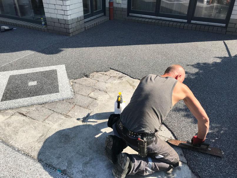 Steinteppich verlegen, Auftragen des Materials